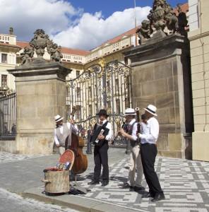 Musiciens pragois aux abords du Chateau
