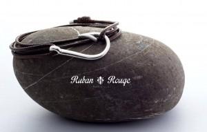 bijoux créateur ruban rouge hameçon